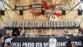 Fotos de presos de ETA en una carpa en las fiestas de Bilbao el pasado...