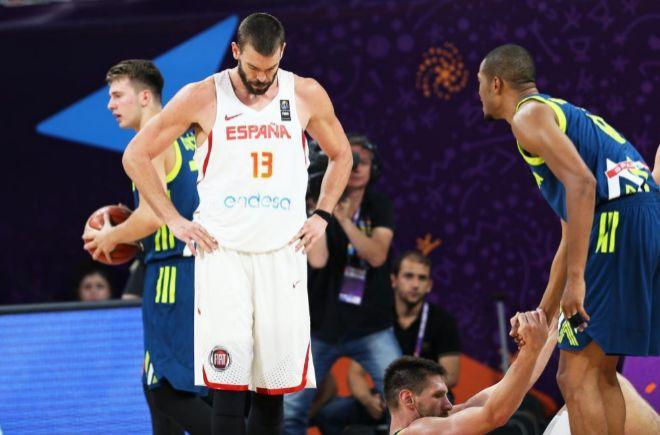 Marc Gasol (c) reacciona en el juego ante Eslovenia, durante su juego en el Eurobasket 2017.