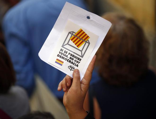 Un asistente al acto celebrado en Madrid el domingo en favor del...