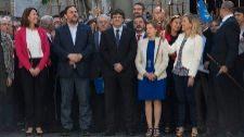Oriol Junqueras, Carles Puigdemont y Carme Forcadell, rodeados de más...