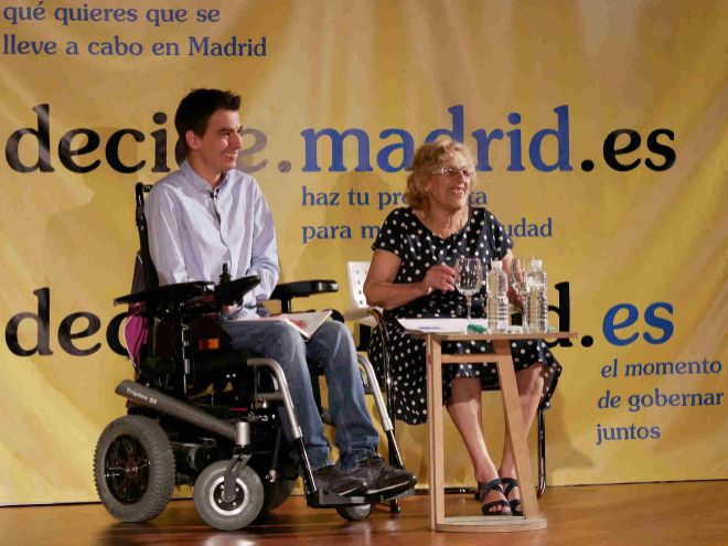 Pablo Soto, delegado de Participación Ciudadana y Gobierno Abierto del Ayuntamiento de Madrid, y Manuela Carmena, alcaldesa de Madrid.