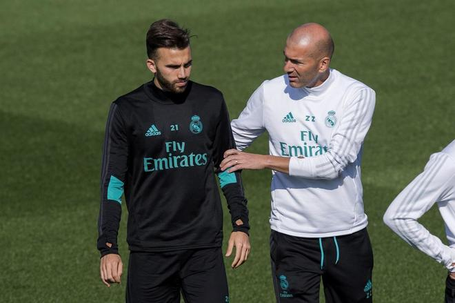 Zidane habla con Ceballos, ex del Betis, en el entrenamiento previo al partido con el club andaluz.