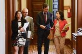 Margarita Robles charla con Rafael Hernando este martes en los...