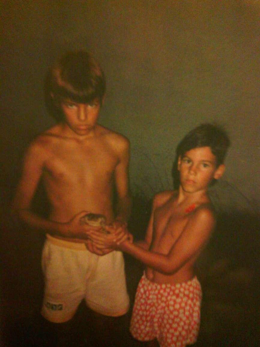 Alejandro (izq.) de 9 años, posa con su hermano pequeño Iñaki, de...