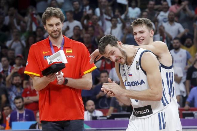 Pau Gasol, Goran Dragic y Luka Doncic, tras ser elegidos en el cinco ideal del Eurobasket.