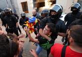 Los Mossos atajan a uno de los protestantes que portaba una estelada...