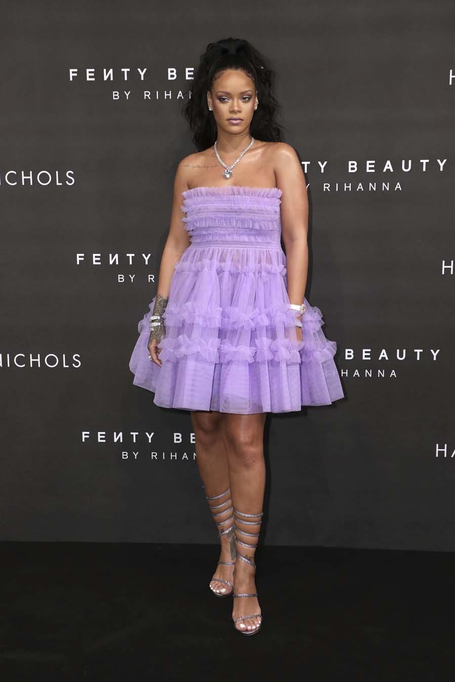 Rihanna apostó por un minivestido lila con volantes y falda de vuelo.