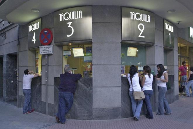 Gente en las taquillas de un cine madrileño