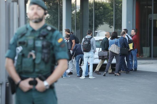 Un guardia civil vigila durante el registro de la Agencia de...