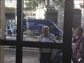 Una sede del PSC de Cataluña con el cristal roto tras recibir...