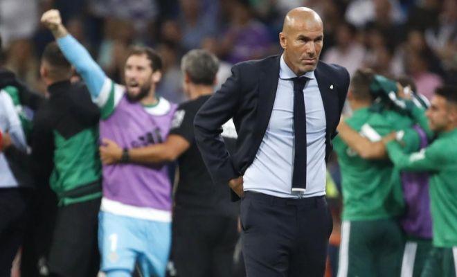 Zidane, apesadumbrado en la zona técnica tras el gol de Sanabria en el Bernabéu.