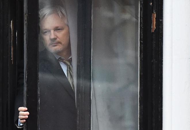 """El """"estúpido"""" de Julian Assange la lía al confundir El Mundo Today con El Mundo"""