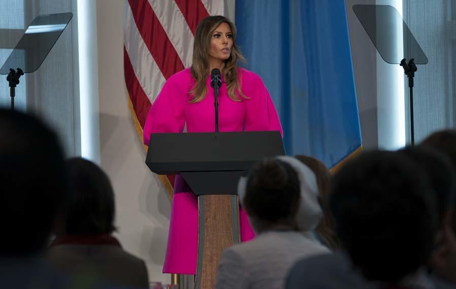 La primera dama ha llevado un llamativo vestido rosa fucsia con mangas...