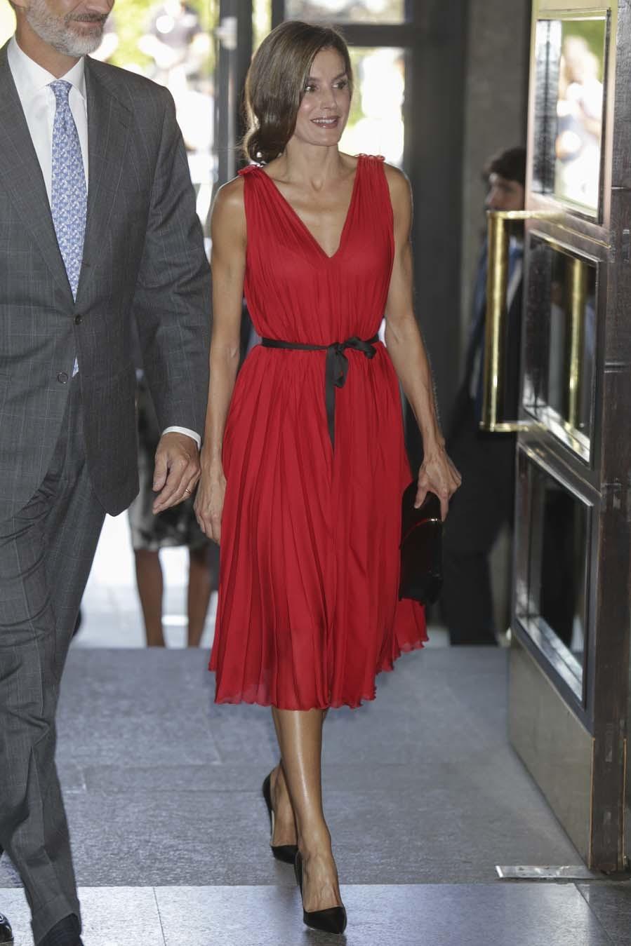 La Reina ha asistido a un concierto en el Teatro Real con un vestido...