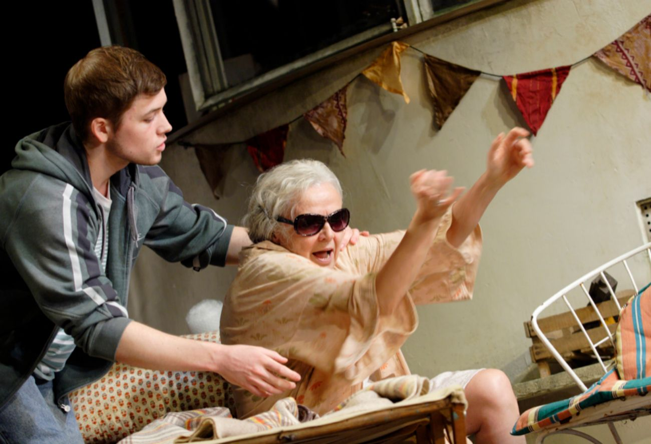 Obra dramática en la que una anciana hippy se ocupa de su familia, de...