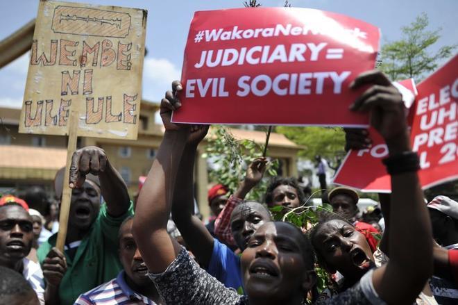 Partidarios del presidente de Kenia, Uhuru Kenyatta, delante del Tribunal Supremo, acusándolo de robarle las elecciones al presidente.