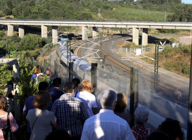 Un tren Alvia como el que descarriló en 2013 pasa la curva de Angrois