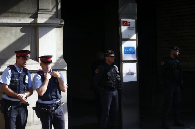 Agentes de la Guardia Civil y de los Mossos d'Esquadra en la puerta...