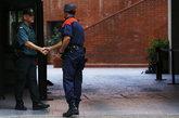 Un mosso d'Esquadra saluda a un guardia civil este jueves en...
