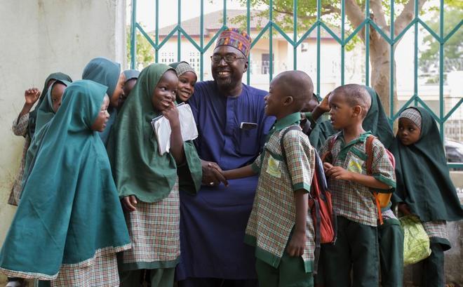 Zannah Mustapha posa rodeado de niños y niñas en la escuela que fundó en Maiduguri (Nigeria), capital del estado de Borno y epicentro de la insurgencia de Boko Haram