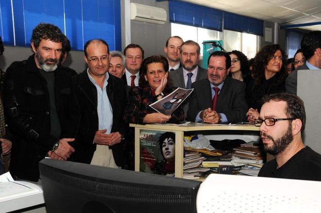Antonio Banderas, con autoridades en una visita a las instalaciones de Kandor en 2010.
