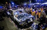 Uno de los coches de la Guardia Civil destrozados mientras los agentes...