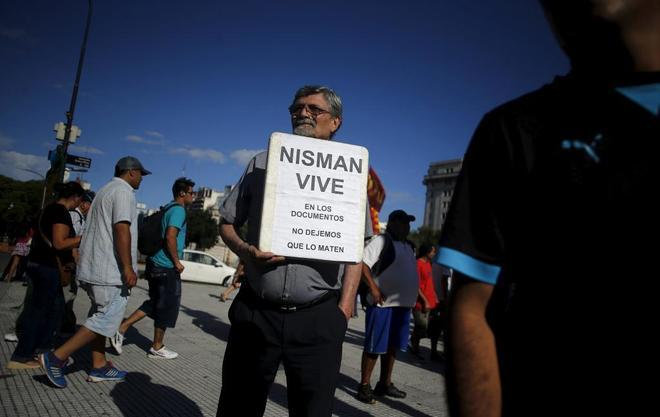 Un hombre se manifiesta delante del Congreso argentino, en apoyo a Nisman.