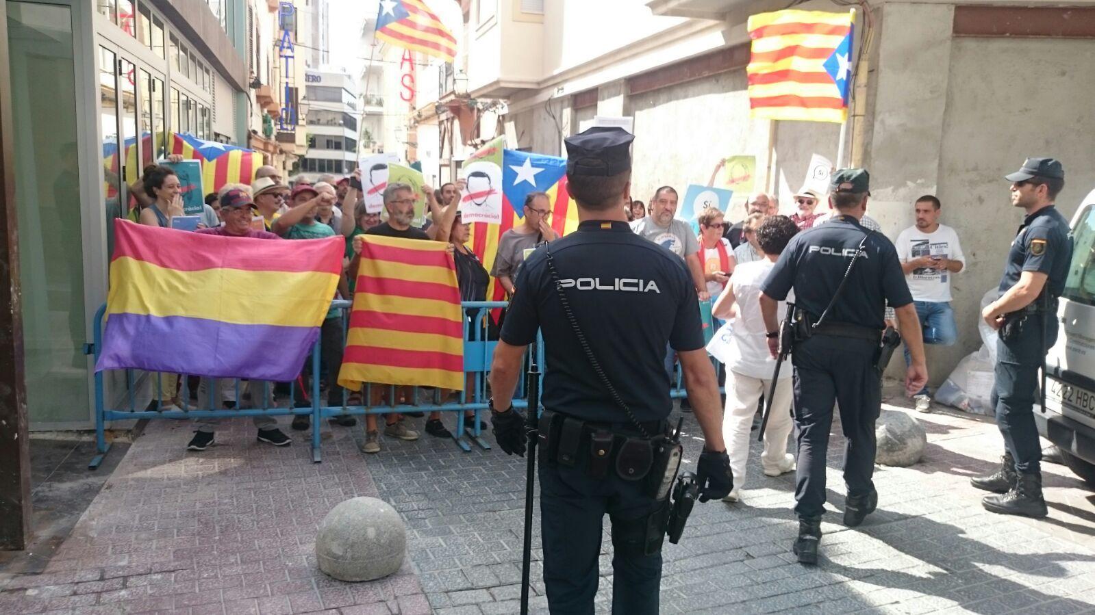 El vicepresidente del Consell lidera la concentración contra Rajoy