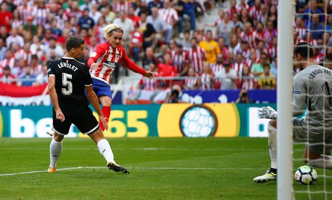 Griezmann dispara a puerta para marcar el segundo gol.