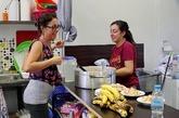 Voluntarias españolas del squat de Acharnon 22 preparan comida a un...
