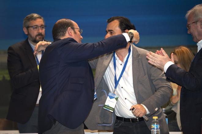 Pedro Antonio Sánchez se abraza a Fernando Martínez-Maíllo durante...