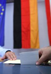 Un votante efectúa su derecho a voto en un colegio electoral de...