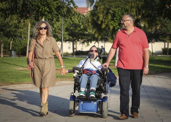 Gador Cantón (i) y Miguel Camacho (d) con su hijo Miguel, en el centro, paseando por las calles de Albal, en la provincia de Valencia, donde residen.