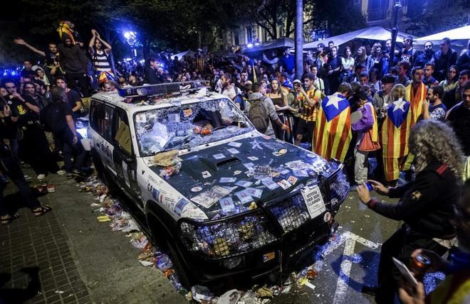Aspecto de uno de los vehículos de la Guardia Civil, destrozado por...