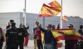 Un grupo de manifestantes a las puertas del pabellón de Zaragoza...