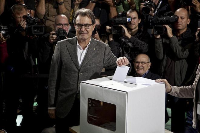 Artur Mas deposita su papeleta de votación durante el 9-N.