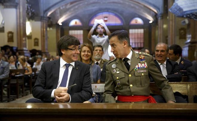 Carles Puigdemont charla con el teniente general Fernando Aznar,...