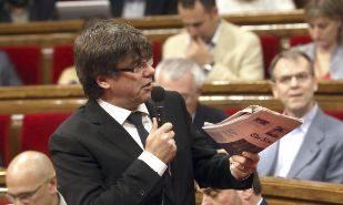Carles Puigdemont muestra un ejemplar de 'The New York Times' durante...