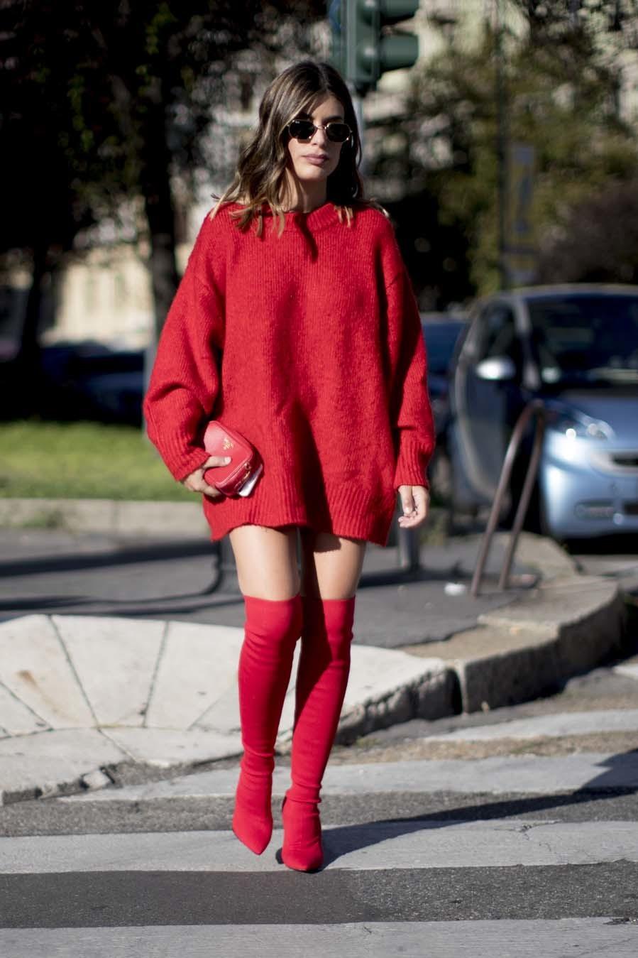 Dulceida apuesta por las botas y jersey-vestido en el mismo tono.