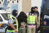 Agentes de la Policía Nacional custodian al detenido el pasado...