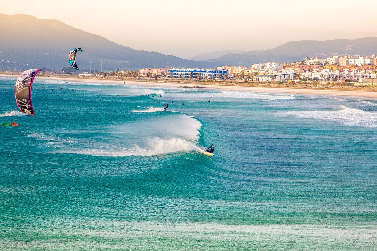 Kitesurfers, surfistas y olas. Cuando las hordas de turistas se van,...