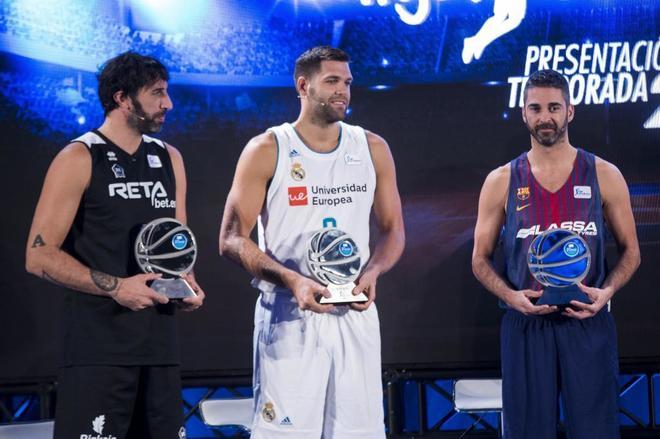 Álex Mumbru (i) , Felipe Reyes (c) y Navarro (d), durante la presentación de la Liga Endesa.