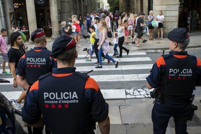 Una unidad de los Mossos d'Esquadra, el sábado, por las calles del...