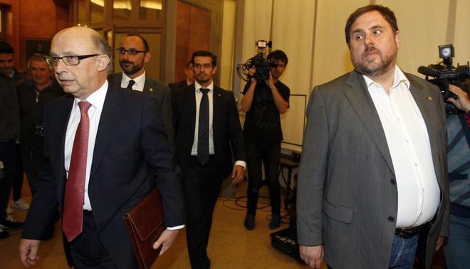El ministro de Hacienda, Cristóbal Montoro, y el vicepresidente de la...