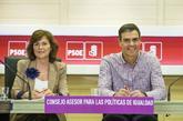 Pedro Sánchez, ayer, con Carmen Calvo, en una reunión del PSOE en su...