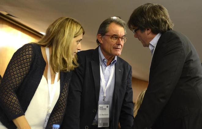 Artur Mas conversa con Marta Pascal y Carles Puigdemont.