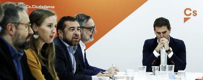 El presidente de Ciudadanos, Albert Rivera, junto a otros miembros de...
