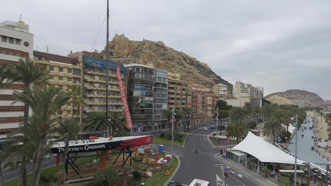 Icónico barco 'Piratas del caribe' en la Plaza del Mar, símbolo de una nueva regata desde Alicante.