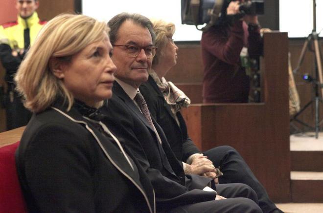 Artur Mas, junto a Irene Rigau (derecha) y Joana Ortega, en el juicio...