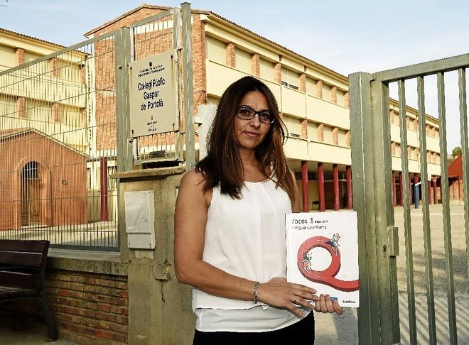 Ana Moreno, delante del colegio Gaspar de Portolà de Balaguer, con el...